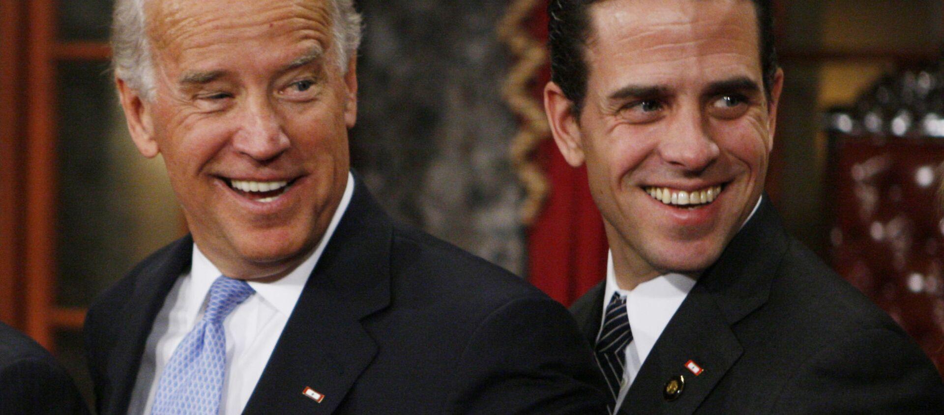 Phó Tổng thống đắc cử, Sen. Joe Biden, D-Del., Bên trái, đứng cùng con trai mình là Hunter trong buổi diễn lại lễ tuyên thệ của Thượng viện, Thứ Ba, Tháng Giêng. 6 năm 2009, tại Phòng Thượng viện cũ trên Đồi Capitol ở Washington - Sputnik Việt Nam, 1920, 05.04.2021