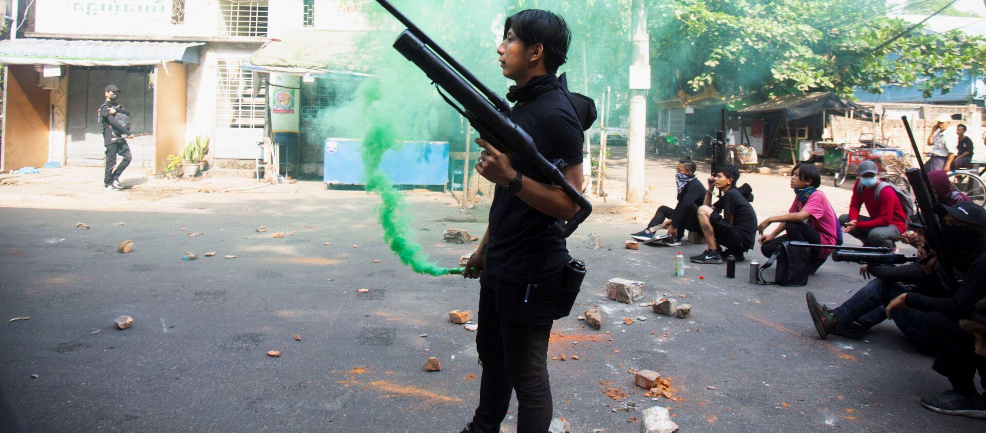 Người biểu tình với vũ khí trong cuộc biểu tình chống lại một cuộc đảo chính quân sự ở Yangon, Myanmar - Sputnik Việt Nam, 1920, 28.06.2021
