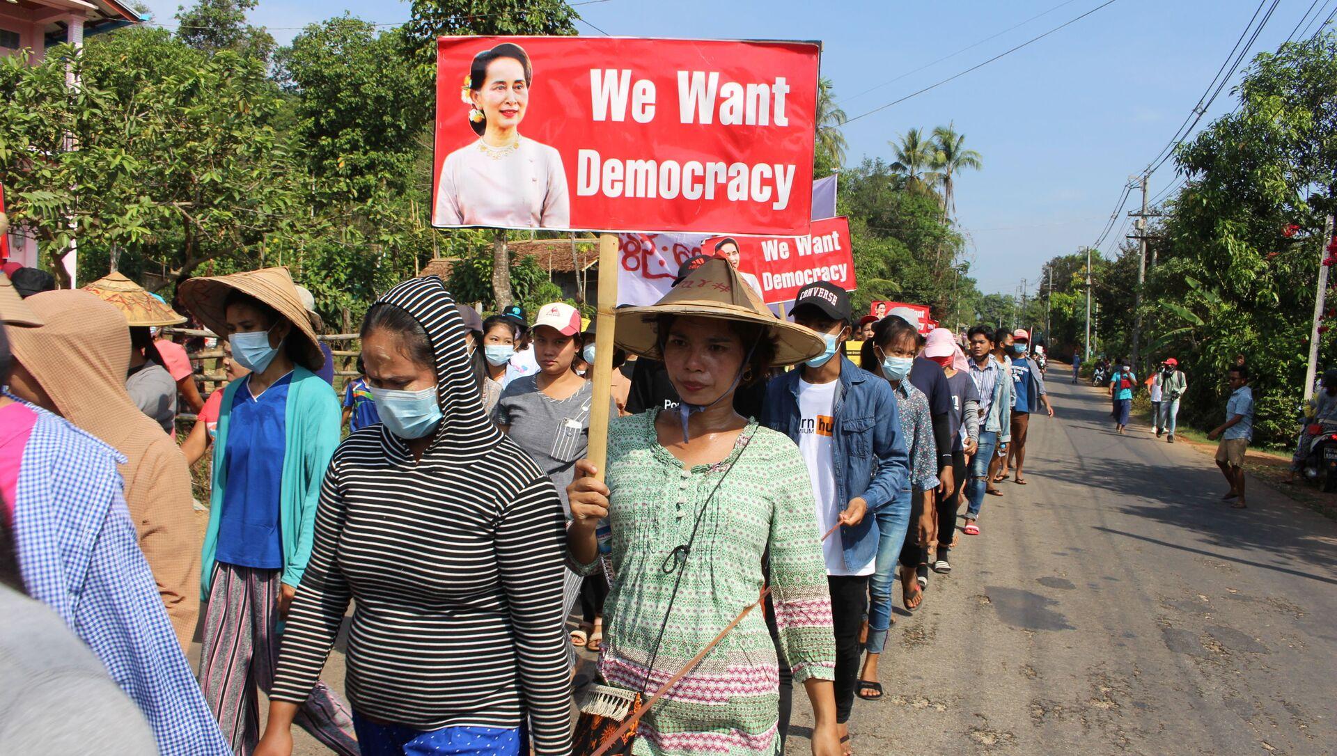 Biểu tình phản đối đảo chính quân sự, thành phố Lauglon, Myanmar. - Sputnik Việt Nam, 1920, 07.04.2021