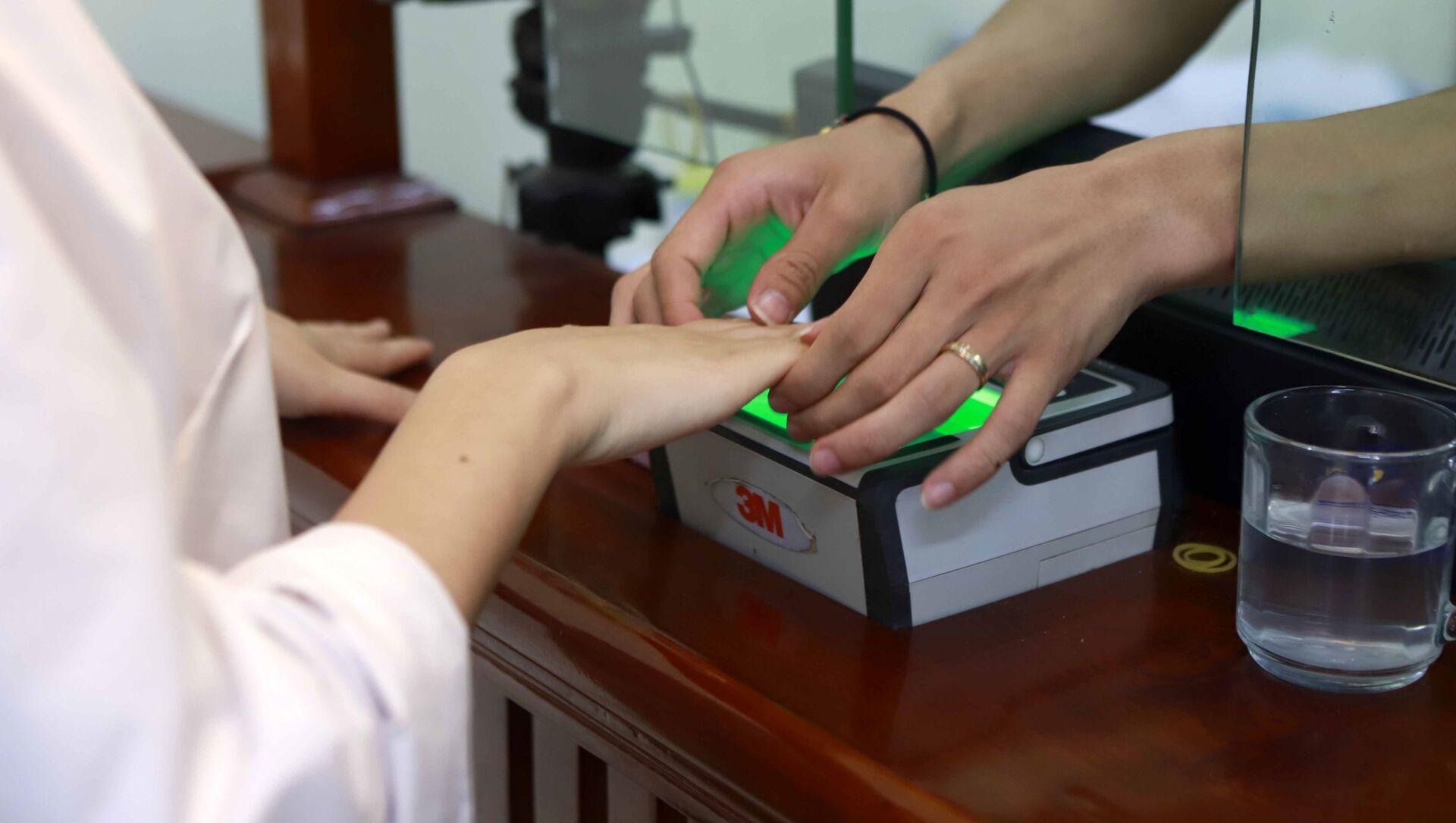 Người dân thực hiện thủ tục lăn tay làm CCCD gắn chíp tại Phòng quản lý hành chính về trật tự xã hội, Công an thành phố Vĩnh Yên. - Sputnik Việt Nam, 1920, 07.04.2021