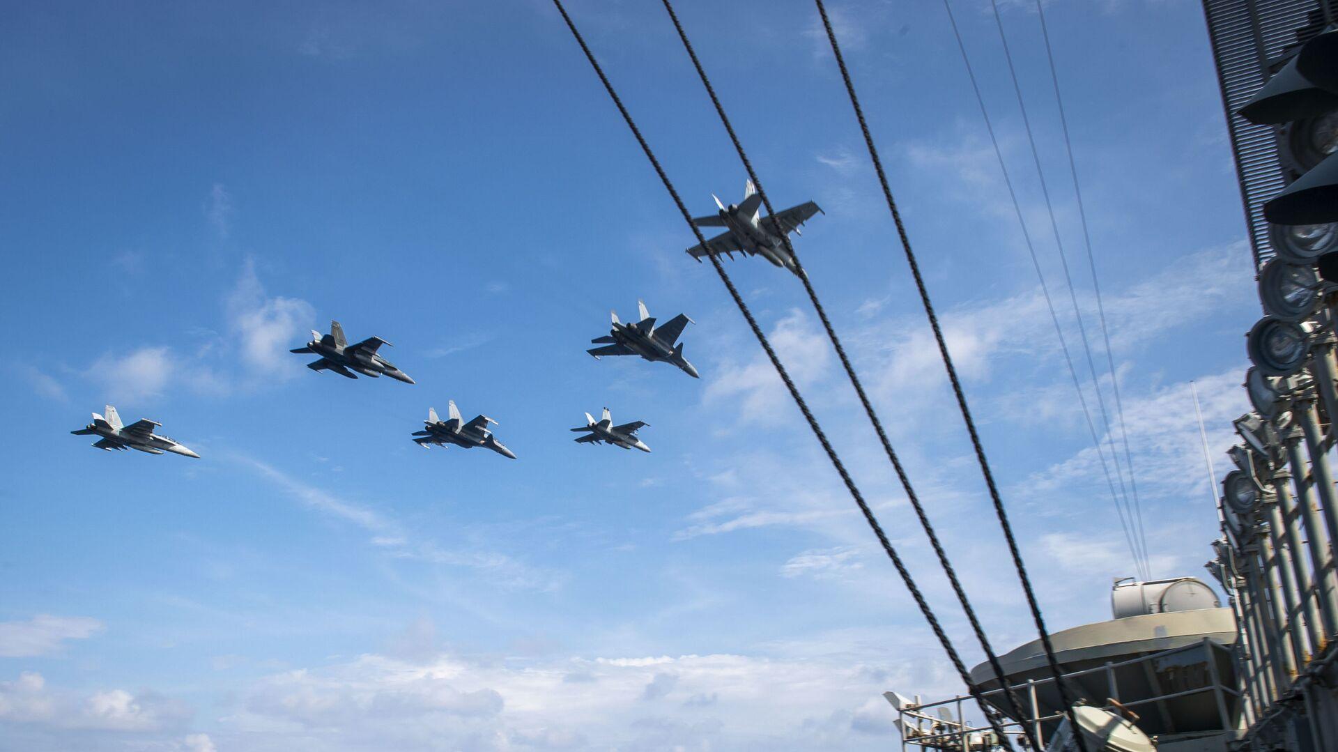 Máy bay Không lực Hoàng gia Malaysia (RMAF) bay qua hàng không mẫu hạm USS Theodore Roosevelt trong  cuộc tập trận ở Biển Đông. - Sputnik Việt Nam, 1920, 07.04.2021