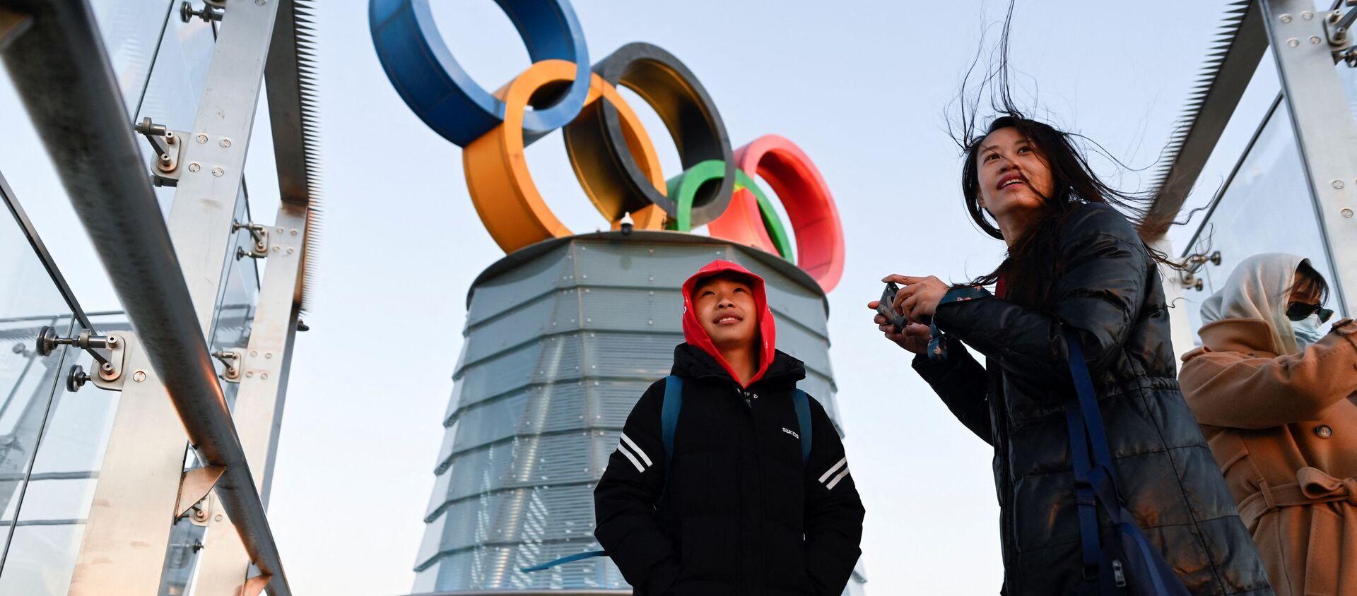 Những người trẻ tuổi gần tháp Olympic Bắc Kinh ở Trung Quốc - Sputnik Việt Nam, 1920, 08.06.2021