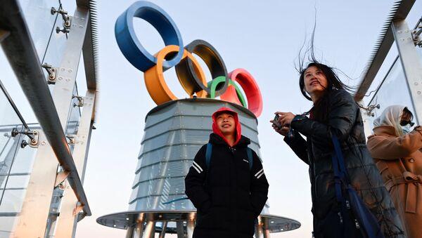 Những người trẻ tuổi gần tháp Olympic Bắc Kinh ở Trung Quốc - Sputnik Việt Nam