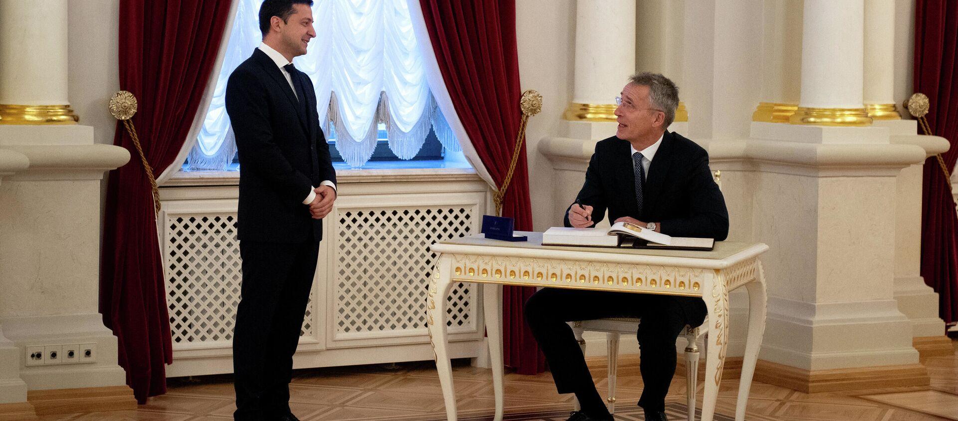Tổng thống Ukraina Vladimir Zelensky và Tổng thư ký NATO Jens Stoltenberg. - Sputnik Việt Nam, 1920, 07.04.2021