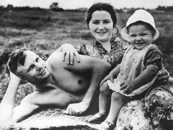 Nhà du hành vũ trụ Yuri Gagarin trên bãi biển cùng với gia đình - Sputnik Việt Nam