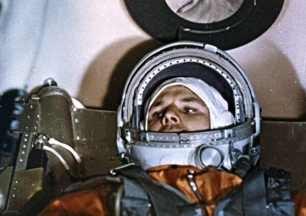 Nhà du hành vũ trụ Yuri Gagarin trong khoang Vostok - 1 trước khi xuất phát - Sputnik Việt Nam