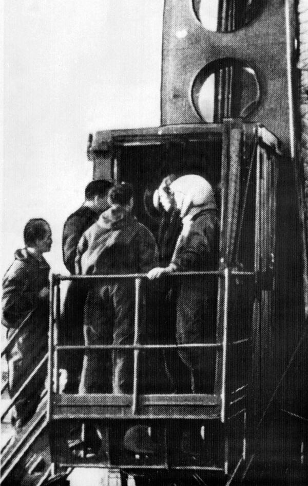 Nhà du hành vũ trụ Yuri Gagarin giữa các kỹ sư trước chuyến bay - Sputnik Việt Nam