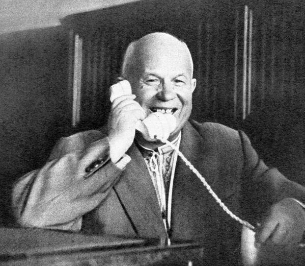 Bí thư thứ nhất Ủy ban Trung ương Đảng Cộng sản Liên Xô Nikita Sergeevich Khrushchev nói chuyện qua điện thoại với Nhà du hành vũ trụ đầu tiên Yuri Gagarin - Sputnik Việt Nam