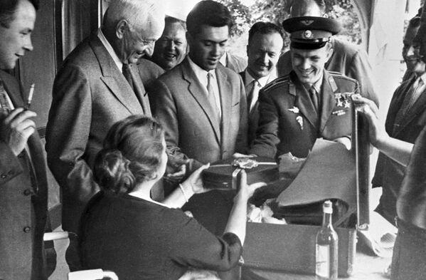 Phi công vũ trụ, anh hùng Liên Xô Yuri Alekseevich Gagarin đến Canada, tham gia vào cuộc mít tinh của những người ủng hộ hòa bình, 1961 - Sputnik Việt Nam