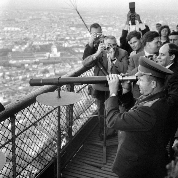Nhà du hành vũ trụ Yuri Gagarin thăm Tháp Eiffel ở Paris - Sputnik Việt Nam