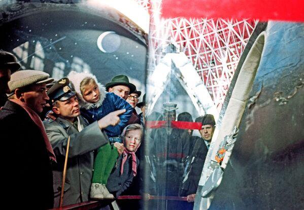 Nhà du hành vũ trụ Liên Xô Yuri Gagarin và con gái Lena xem các hiện vật trong gian Chế tạo máy (Cosmos), tại Liên Xô - Sputnik Việt Nam