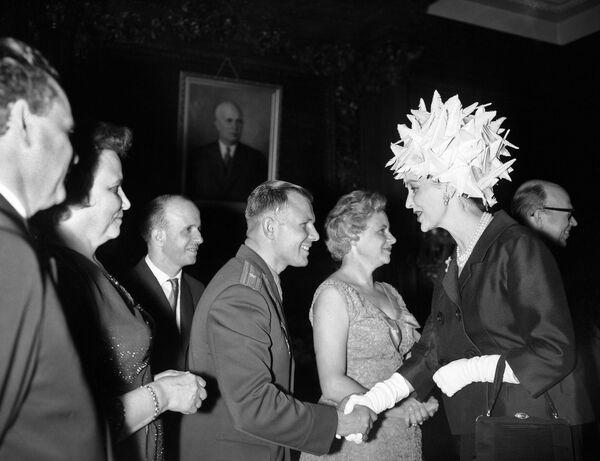 Nhà du hành vũ trụ Yuri Gagarin trong lễ đón tại London - Sputnik Việt Nam