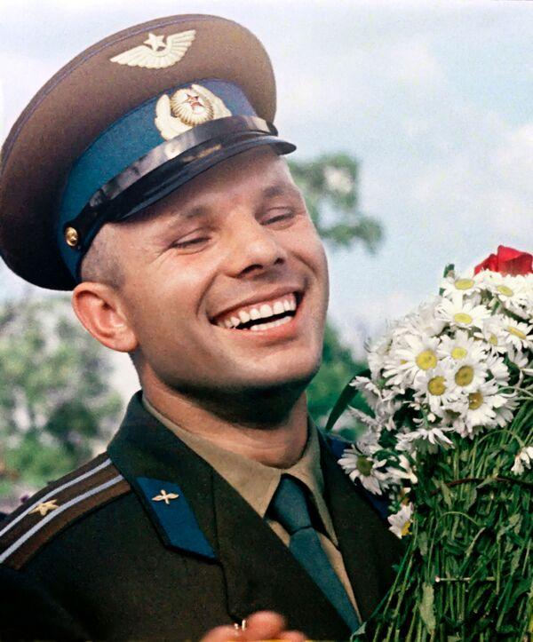 Phi công vũ trụ Liên Xô Yuri Gagarin với bó hoa cúc - Sputnik Việt Nam