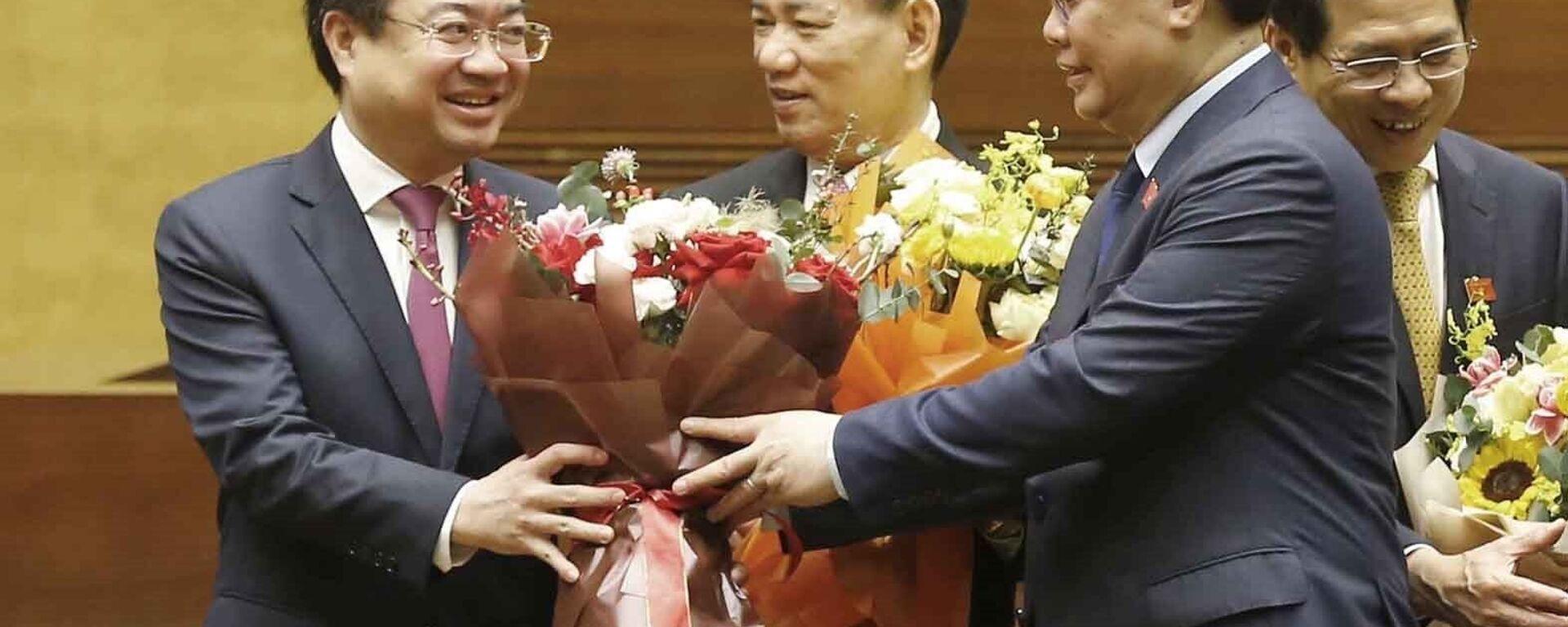 Chủ tịch Quốc hội Vương Đình Huệ tặng hoa chúc mừng Bộ trưởng Bộ Xây dựng Nguyễn Thanh Nghị. - Sputnik Việt Nam, 1920, 08.04.2021