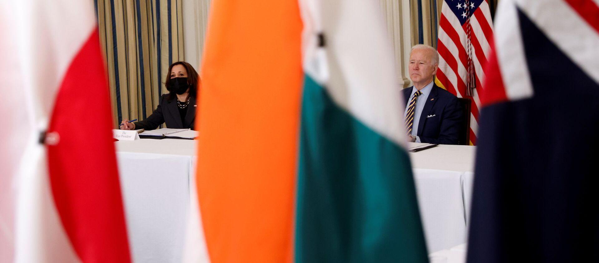 Tổng thống Joe Biden và Phó Tổng thống Kamala Harris tham dự cuộc họp trực tuyến QUAD tại Nhà Trắng ở Washington - Sputnik Việt Nam, 1920, 25.09.2021