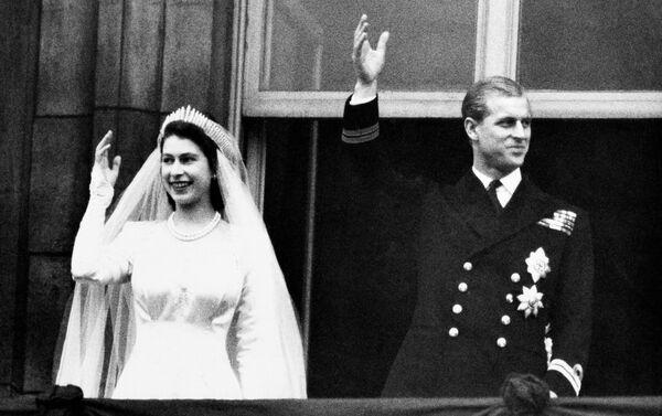 Nữ hoàng Anh Elizabeth II và Hoàng thân Philip trong ngày cưới ở London, 1947 - Sputnik Việt Nam