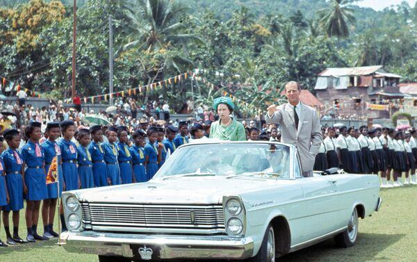 Nữ hoàng Elizabeth II và Hoàng thân Philip trong một bữa tiệc dành cho trẻ em ở Saint Lucia năm 1966 - Sputnik Việt Nam