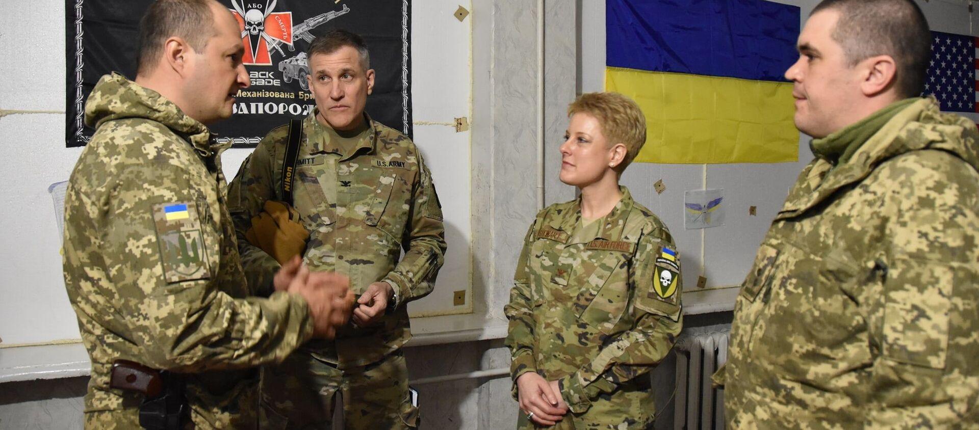 """Đại tá Brittany Stewart, trưởng phái đoàn Hoa Kỳ, Tùy viên Quân đội và Quốc phòng mặc áo có gắn sọc vải của lữ đoàn in hình đầu lâu và dòng chữ Ukraina hay là chết"""" - Sputnik Việt Nam, 1920, 09.04.2021"""