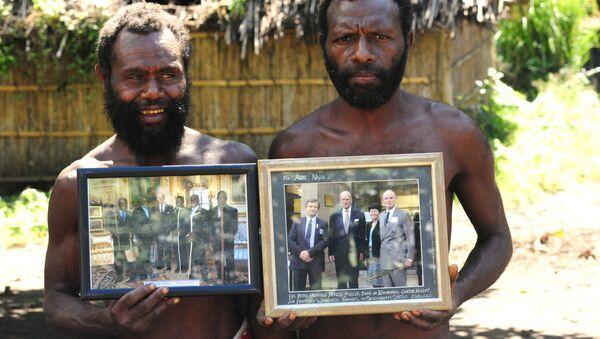 Những người đàn ông của bộ tộc Yaohnanen với những bức ảnh của Hoàng thân Philip - Sputnik Việt Nam