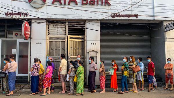 Người xếp hàng tại Ngân hàng AYA ở Yangon. - Sputnik Việt Nam