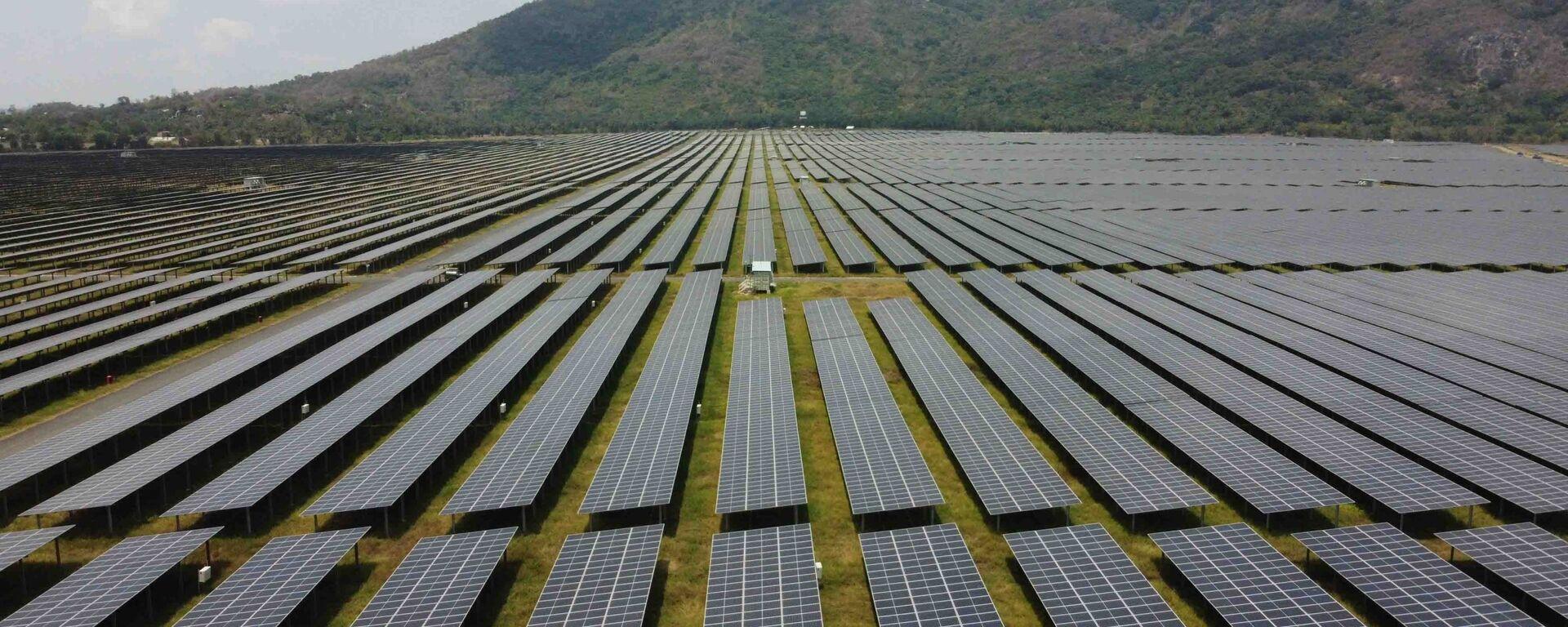 """Cánh đồng pin"""" năng lượng mặt trời dưới chân Núi Cấm của Nhà máy điện mặt trời Sao Mai-An Giang. - Sputnik Việt Nam, 1920, 12.04.2021"""