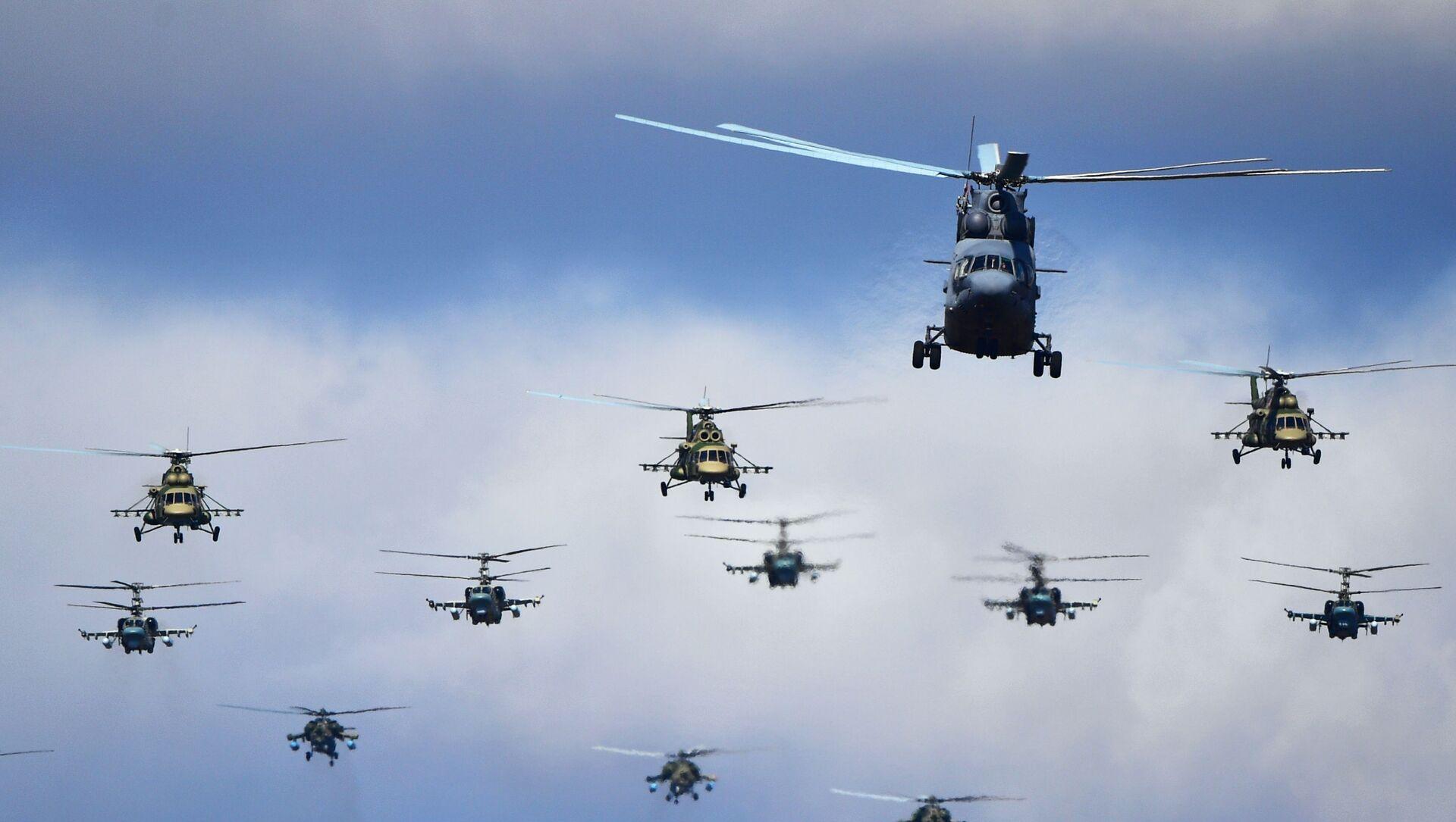 Trực thăng hạng nặng Mi-26 và trực thăng đa năng Mi-8 trong buổi diễn tập chuẩn bị cho cuộc diễu binh chiến thắng, Alabino (ngoại ô Moskva). - Sputnik Việt Nam, 1920, 12.04.2021