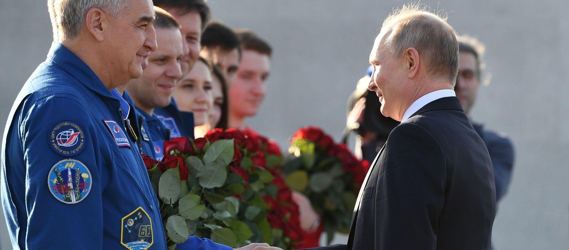 Tổng thống Nga Vladimir Putin chào mừng các thành viên của đội du hành vũ trụ Roskosmos nhân Ngày Du hành vũ trụ. - Sputnik Việt Nam, 1920, 12.04.2021