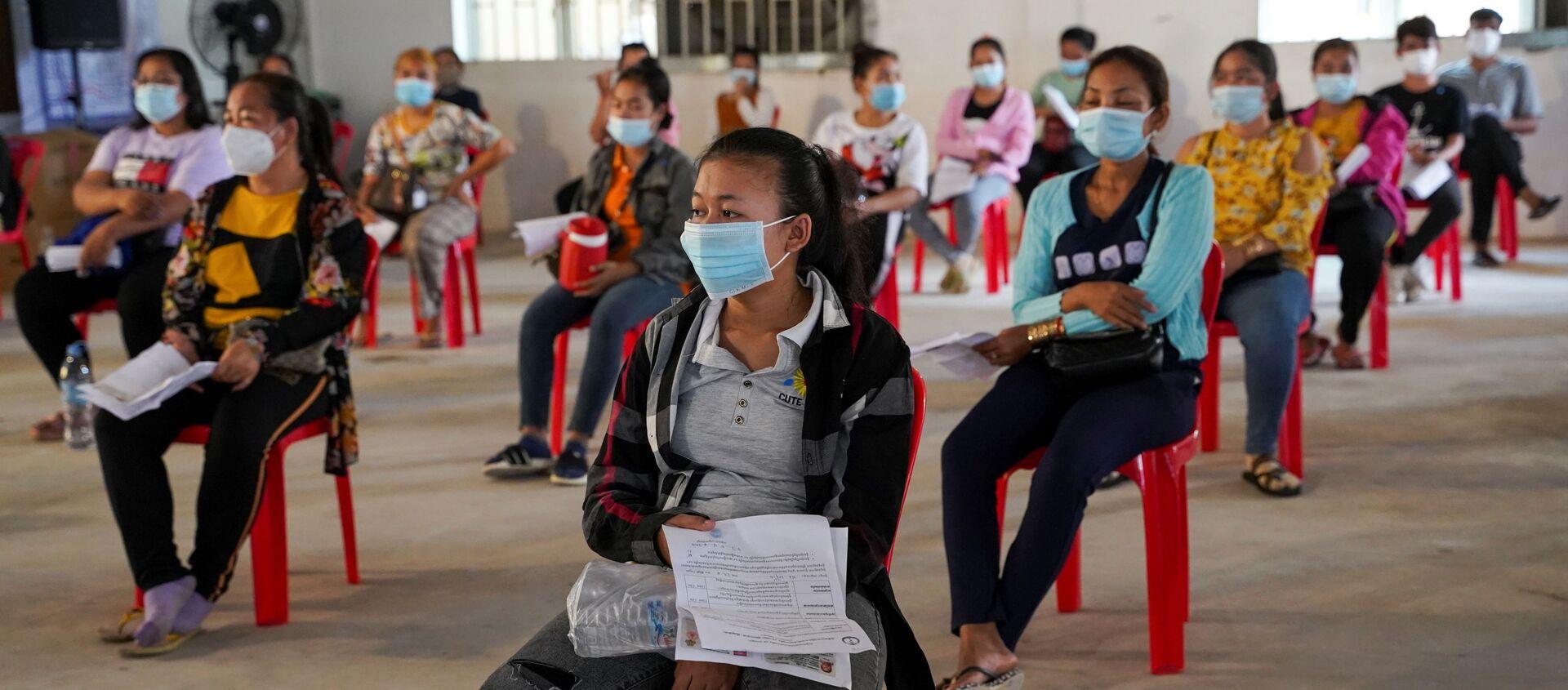 Công nhân viên nhà máy may mặc ở Phnom Penh chủng ngừa phòng bệnh covid bằng vắc xin Sinovac của Trung Quốc. - Sputnik Việt Nam, 1920, 12.04.2021