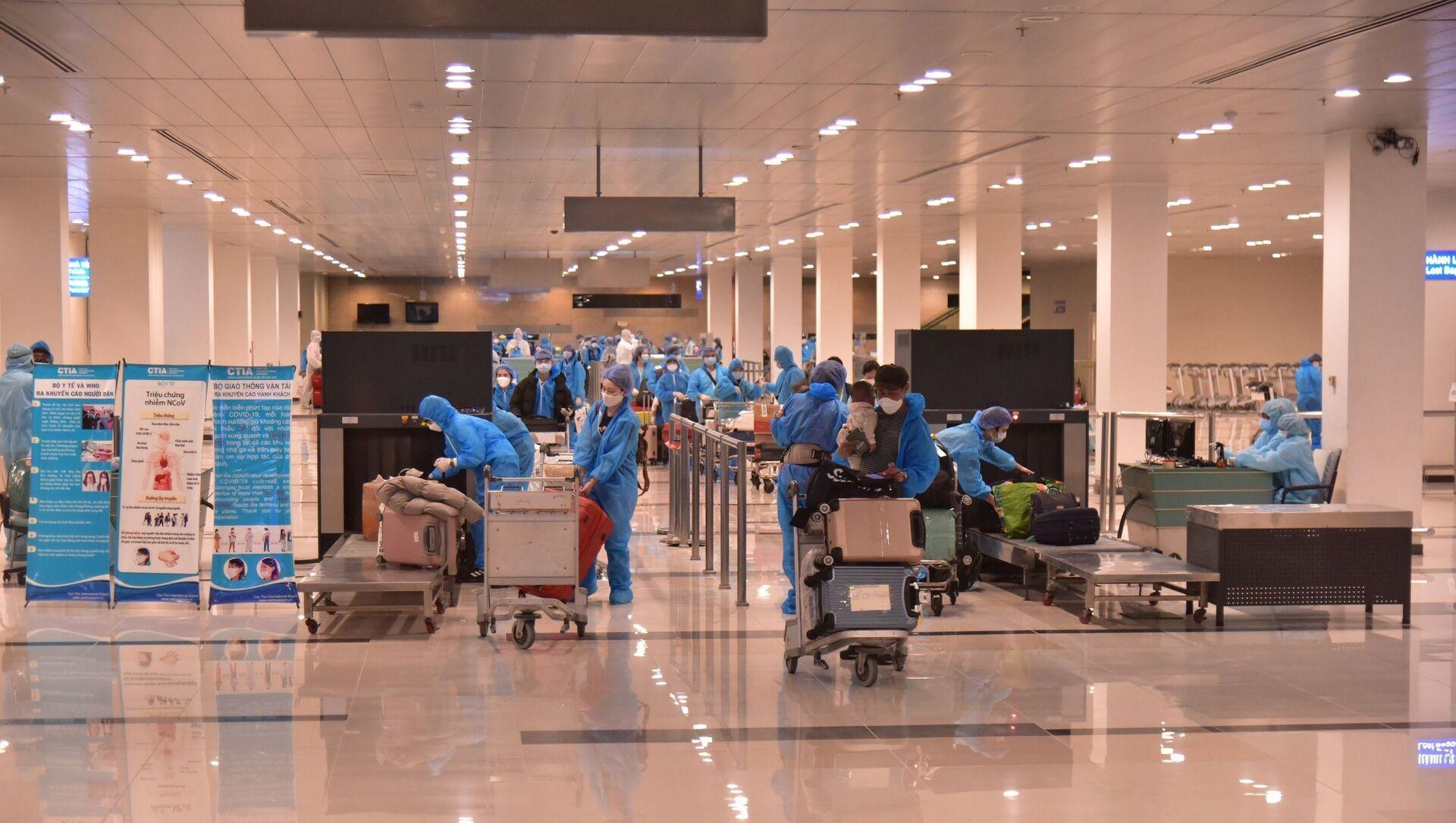 Các công dân Việt Nam từ Hàn Quốc trở về tại sân bay Cần Thơ khuya ngày 2/4.  - Sputnik Việt Nam, 1920, 22.04.2021
