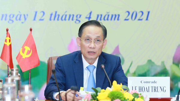 Đồng chí Lê Hoài Trung, Uỷ viên Trung ương Đảng, Trưởng Ban Đối ngoại Trung ương chủ trì Hội nghị.  - Sputnik Việt Nam