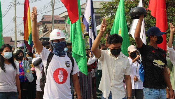 Những người tham gia biểu tình phản đối cuộc đảo chính quân sự ở Myanmar. - Sputnik Việt Nam