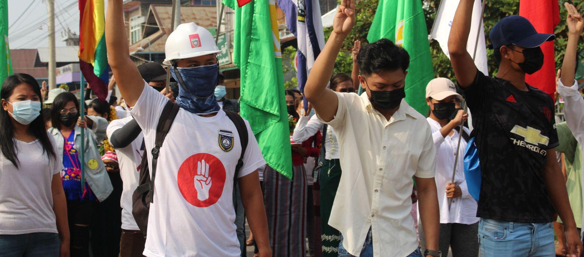 Những người tham gia biểu tình phản đối cuộc đảo chính quân sự ở Myanmar. - Sputnik Việt Nam, 1920, 13.04.2021