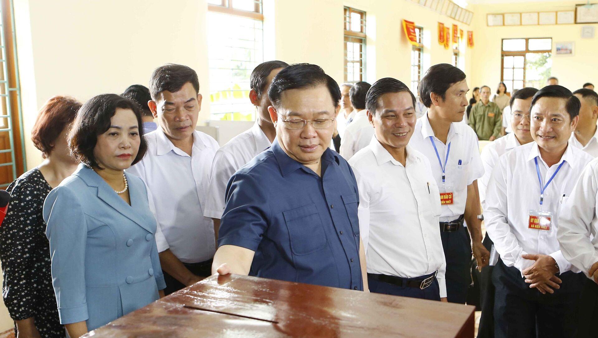 Chủ tịch Quốc hội Vương Đình Huệ kiểm tra công tác bầu cử ở Khu vực bỏ phiếu số 5, thôn Nam Tử, xã Kiến Thiết.  - Sputnik Việt Nam, 1920, 05.05.2021