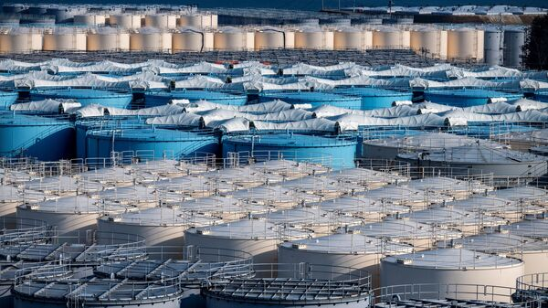 Bể chứa nước nhiễm xạ của nhà máy điện hạt nhân Fukushima. - Sputnik Việt Nam