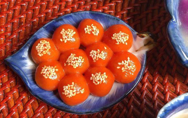 Bánh trôi màu đỏ từ gấc.  - Sputnik Việt Nam