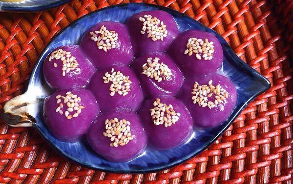 Bánh trôi làm từ màu lá cẩm. - Sputnik Việt Nam