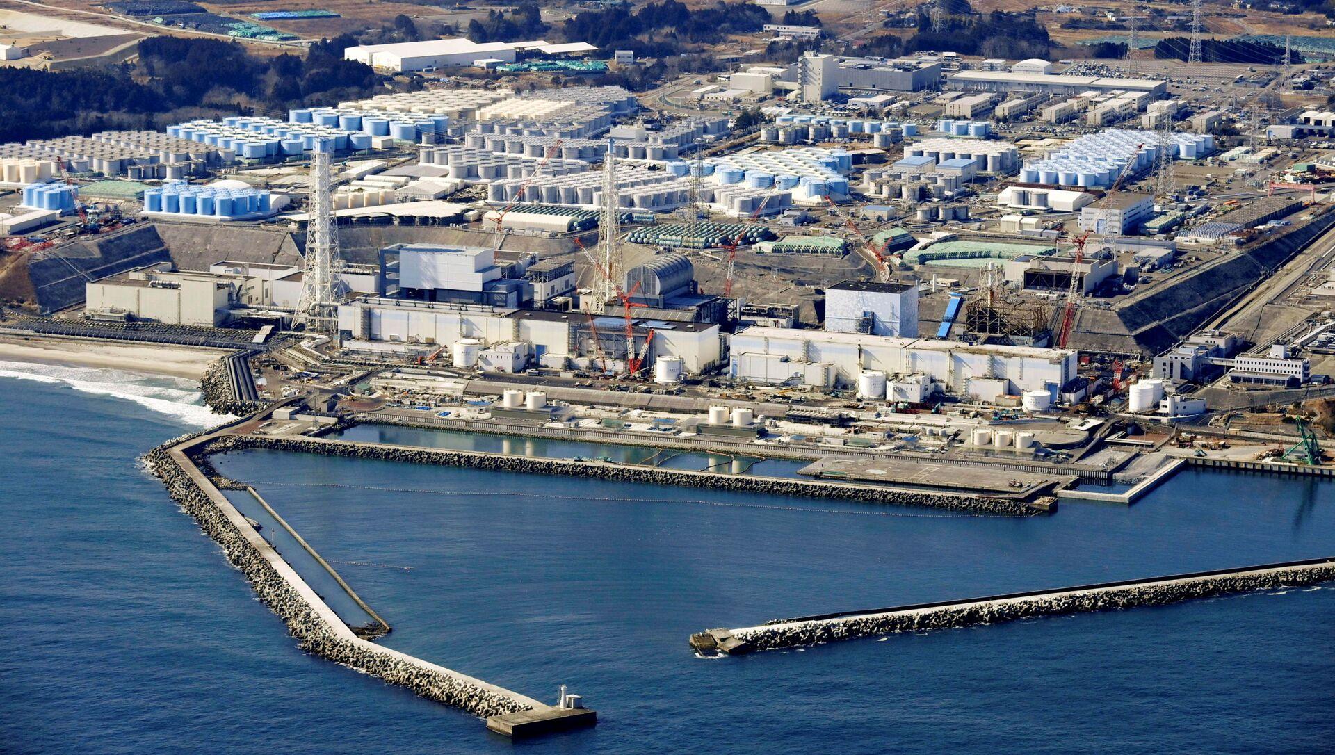 Ảnh chụp từ trên không cho thấy các bể chứa nước đã qua xử lý tại nhà máy điện hạt nhân Fukushima Daiichi bị sóng thần ở thị trấn Okuma, tỉnh Fukushima, Nhật Bản ngày 13 tháng 2 năm 2021, trong bức ảnh này do Kyodo chụp. - Sputnik Việt Nam, 1920, 14.04.2021