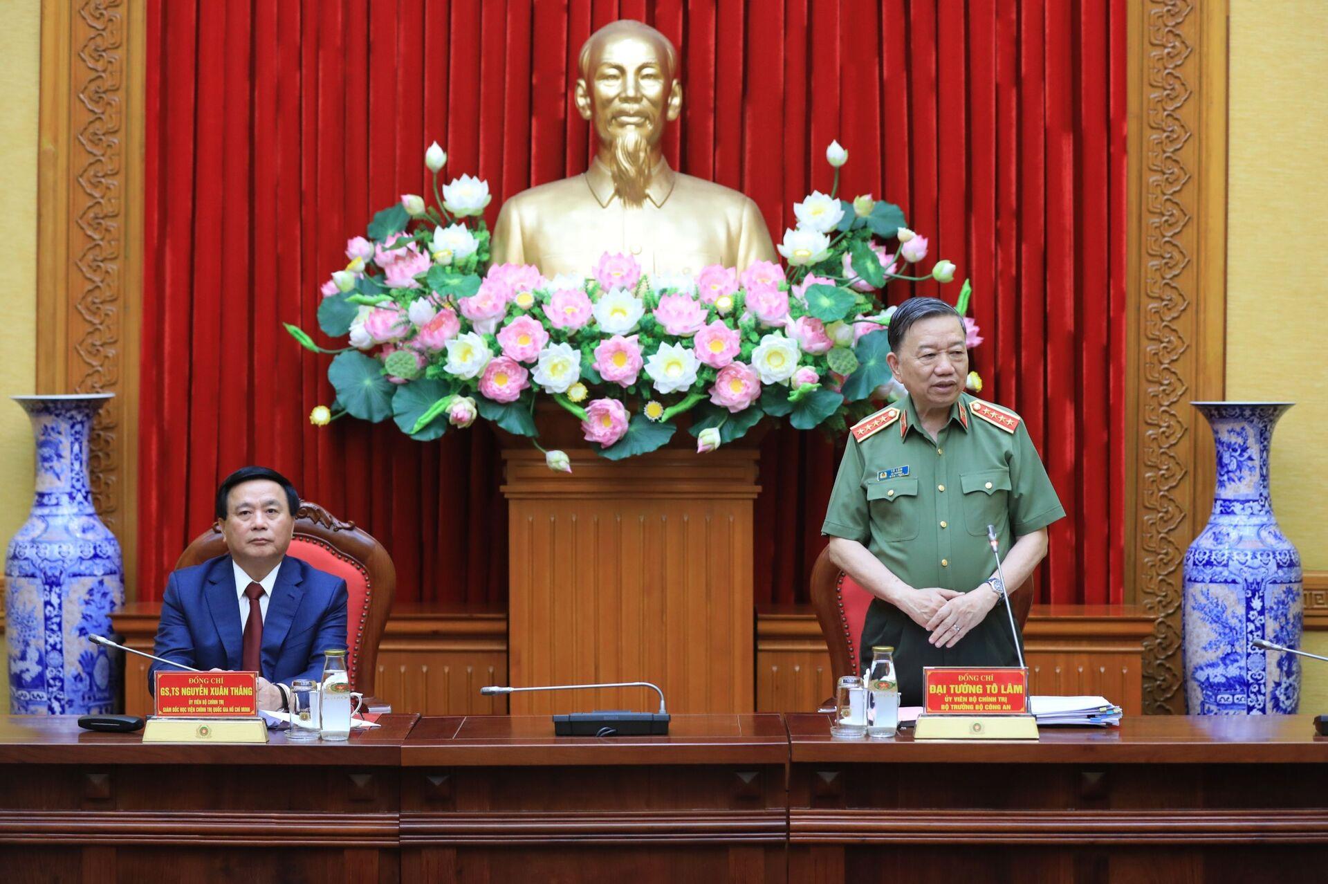 Việt Nam sẽ giao quyền đào tạo Cao cấp lý luận chính trị cho Bộ Quốc phòng, Bộ Công an? - Sputnik Việt Nam, 1920, 15.04.2021