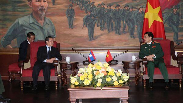 Thượng tướng Phan Văn Giang tiếp Đại sứ Lào tại Việt Nam Sengphet Houngboungnuang. - Sputnik Việt Nam