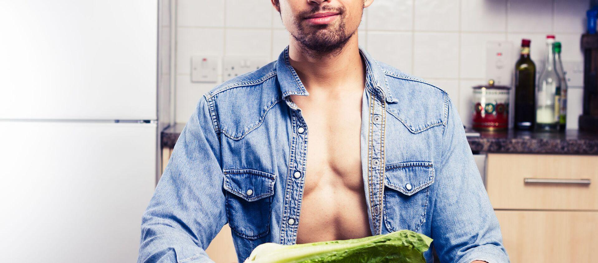 Người đàn ông gợi tình trong nhà bếp với món salad. - Sputnik Việt Nam, 1920, 18.04.2021