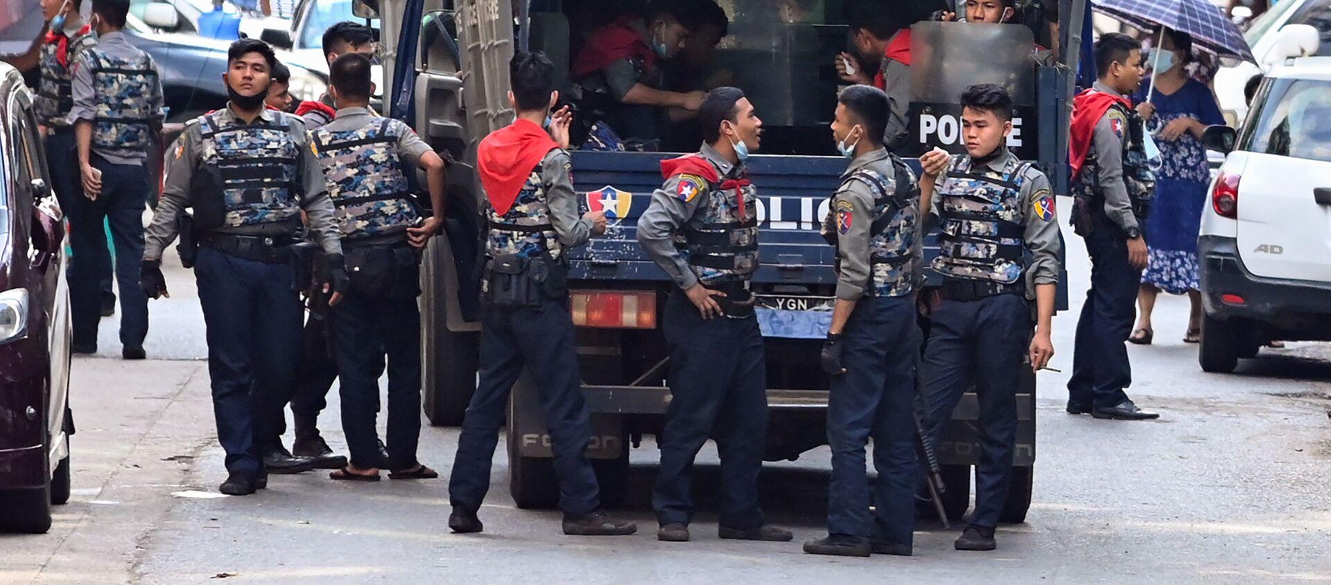 Cảnh sát ở Yangon, Myanmar. - Sputnik Việt Nam, 1920, 04.06.2021