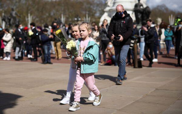 Trẻ em mang hoa đến Điện Buckingham sau tin Hoàng thân Philip từ trần. - Sputnik Việt Nam