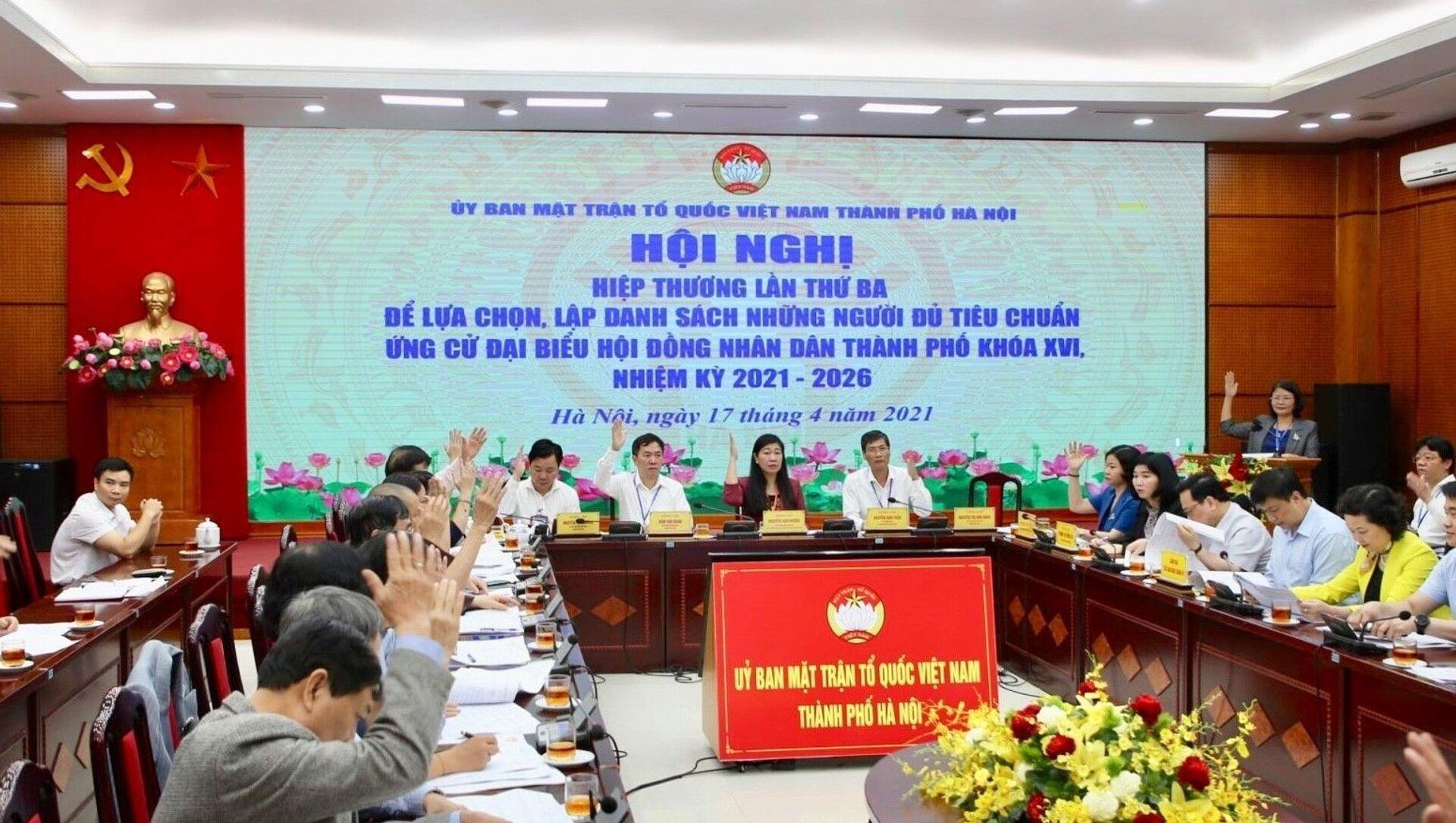 Các đại biểu giơ tay biểu quyết thống nhất danh sách chính thức 160 ứng cử viên đại biểu HĐND thành phố Hà Nội khóa XVI - Sputnik Việt Nam, 1920, 18.04.2021