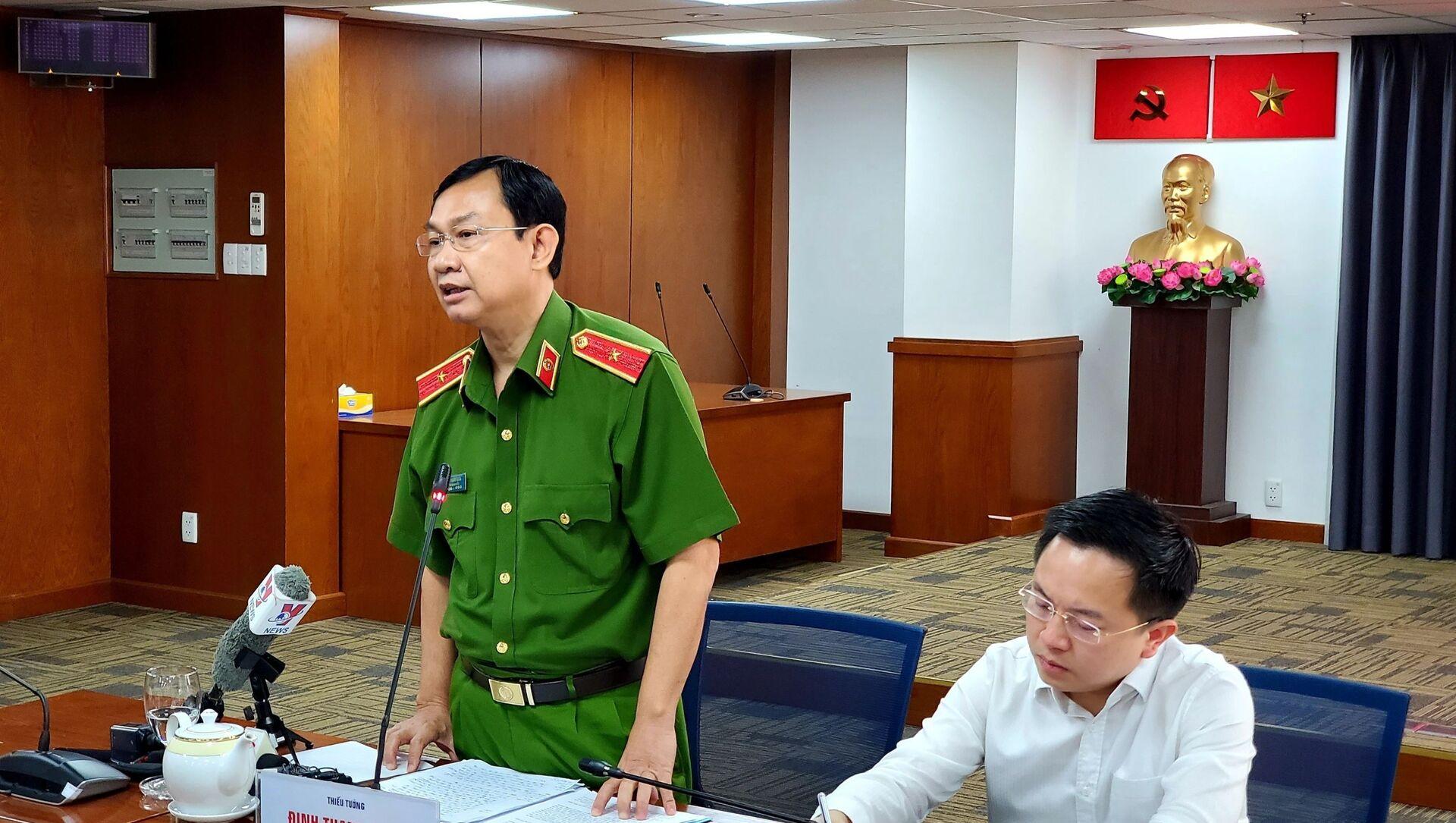 Thiếu tướng Đinh Thanh Nhàn, Phó Giám đốc Công an Thành phố Hồ Chí Minh thông tin tại buổi họp báo - Sputnik Việt Nam, 1920, 18.04.2021
