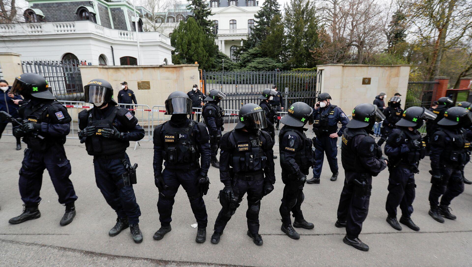 Cảnh sát tại Đại sứ quán Nga ở Praha - Sputnik Việt Nam, 1920, 19.04.2021