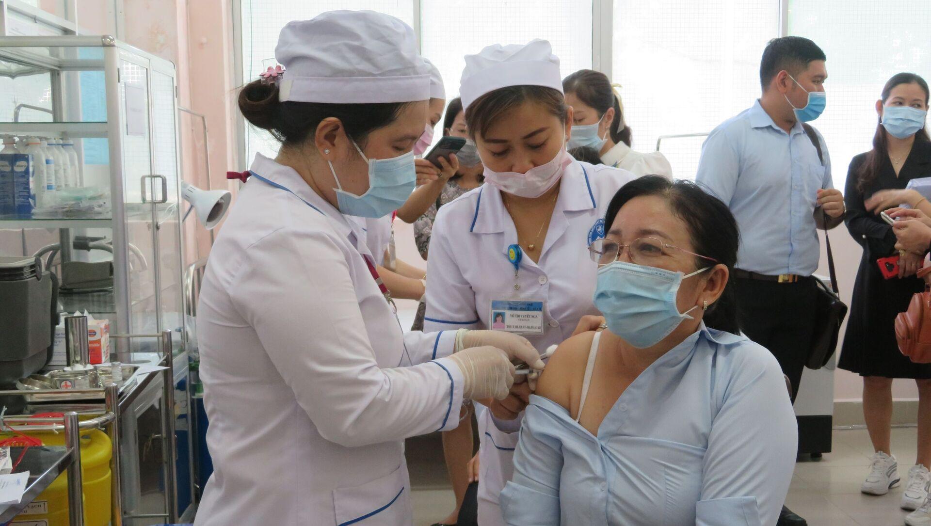 Tiêm vaccine cho các đối tượng ưu tiên.  - Sputnik Việt Nam, 1920, 19.04.2021