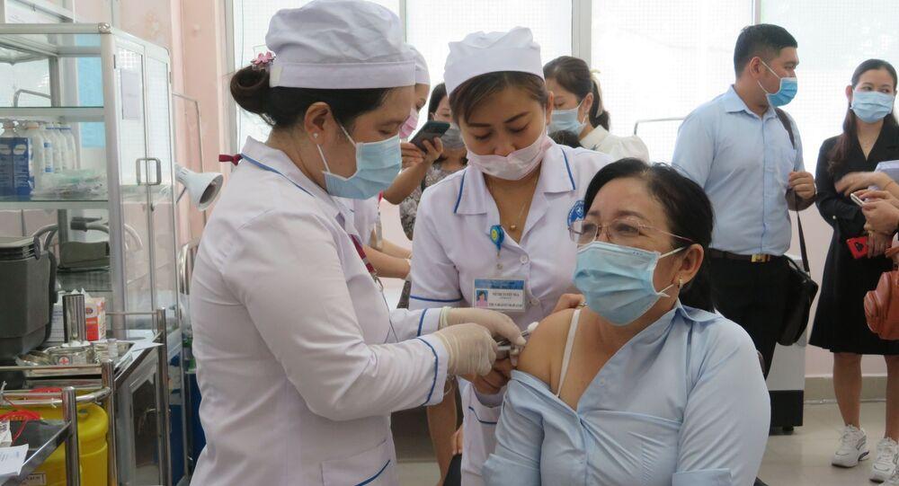 Tiêm vaccine cho các đối tượng ưu tiên.