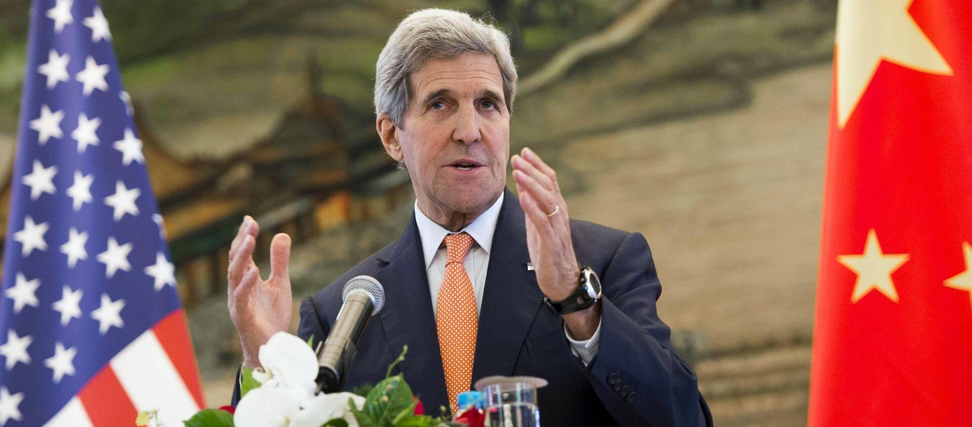 Ngoại trưởng Hoa Kỳ John Kerry phát biểu trong cuộc họp báo chung sau cuộc họp với Bộ trưởng Ngoại giao Trung Quốc Vương Nghị tại Bộ Ngoại giao ở Bắc Kinh, Trung Quốc ngày 16 tháng 5 năm 2015 - Sputnik Việt Nam, 1920, 20.04.2021