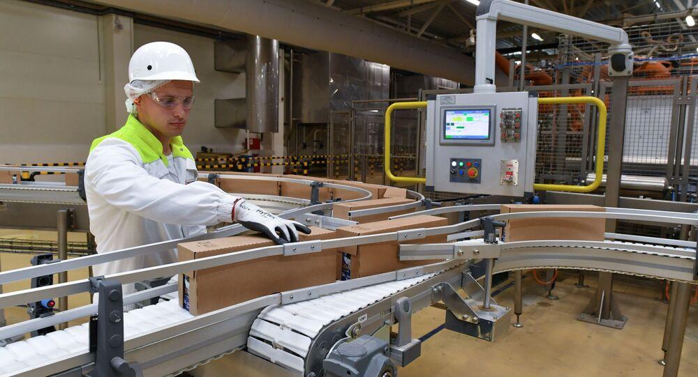 Nhân viên nhà máy sản xuất thức ăn cho vật nuôi trong nhà.
