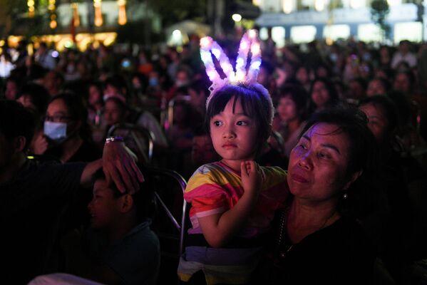 Người dân xem chương trình ca nhạc trong Ngày giỗ Tổ Hùng Vương ở Việt Nam - Sputnik Việt Nam